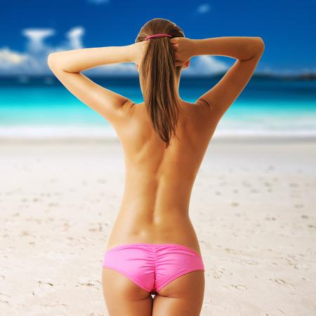 topless: Femme aux seins nus sur la belle plage de Seychelles, Praslin, Anse Lazio. Collage.