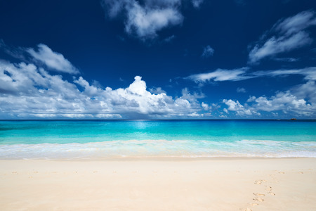 olas de mar: Hermosa playa Anse Intendencia en Seychelles, Mahe
