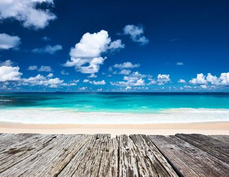 아름 다운 해변과 세이셸, 라 줘 봐에서 오래 된 목조 부두