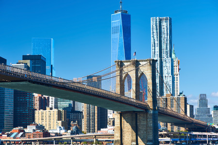 Lower Manhattan skyline en de Brooklyn Bridge in New York City