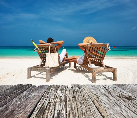 흰색의 커플은 몰디브에서 열대 해변에서 휴식