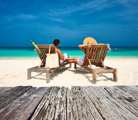 Pareja en blanco relajarse en una playa tropical en Maldivas Foto de archivo - 40668349