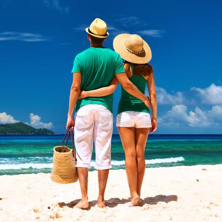 pareja abrazada: Pareja de relax en una playa tropical en las Seychelles, La Digue. Foto de archivo