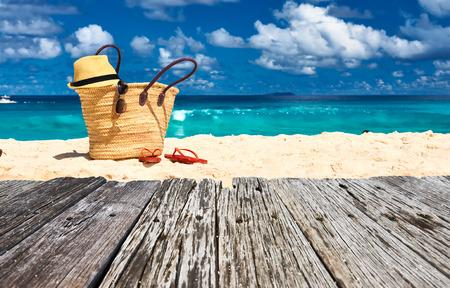 sandalias: Hermosa playa con bolsa en Seychelles, La Digue Foto de archivo