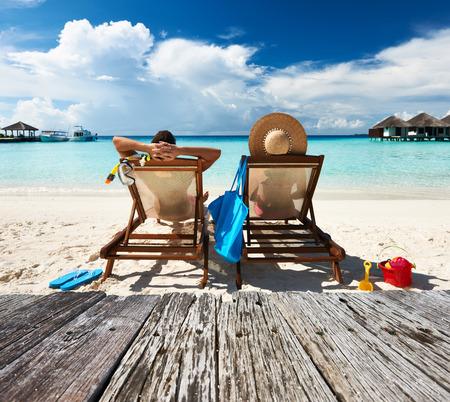몰디브에서 열 대 해변에서 커플