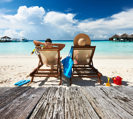 Paar auf einem tropischen Strand auf den Malediven