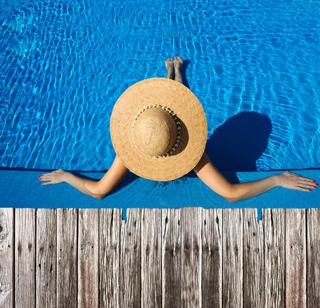 수영장에서 편안한 모자에서 여자 스톡 콘텐츠