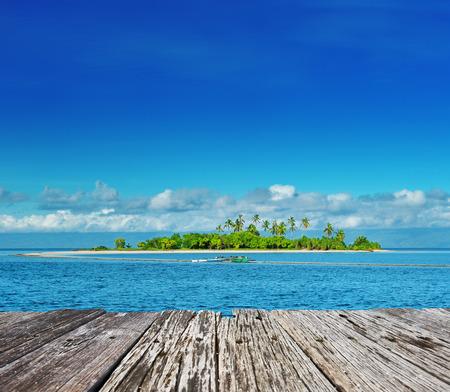 palmeras: Hermosa isla deshabitada en Filipinas Foto de archivo