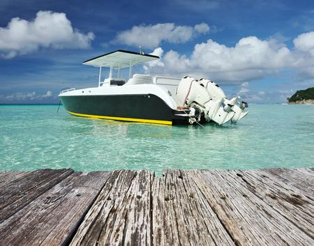 보라카이 섬, 필리핀에 모터 보트와 아름 다운 해변