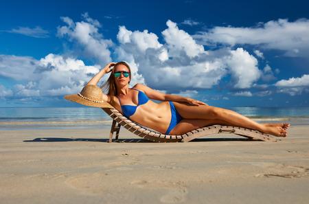 azul turqueza: Mujer en bikini en la playa tropical en Seychelles