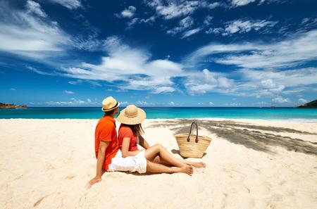 playas tropicales: Pareja de relax en una playa de Anse Intendencia tropical en las Seychelles, Mahe.