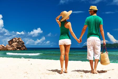 Couple de détente sur une plage tropicale au Seychelles, La Digue.