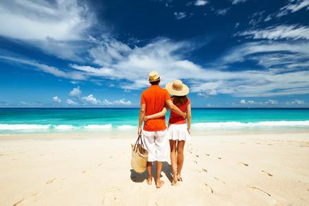 personas abrazadas: Pareja de relax en una playa de Anse Intendencia tropical en las Seychelles, Mahe.