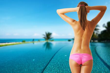 seins nus: Femme aux seins nus � la piscine de l'h�tel tropical. Collage.