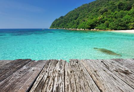 piso piedra: Hermosa playa y viejo muelle de madera en las islas Perhentian, Malasia Foto de archivo