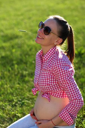 gente feliz: Al aire libre Mujer embarazada en el día soleado de verano Foto de archivo