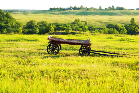 paisaje rural: Paisaje rural con el viejo carro de madera