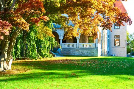 Luxe huis in een woonwijk in de herfst