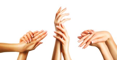 Mooie vrouwelijke handen met french manicure set