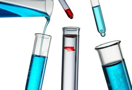 beaker: Verter el reactivo en el tubo de ensayo Foto de archivo