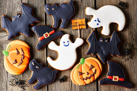 Halloween homemade gingerbread cookies over wooden table 스톡 콘텐츠