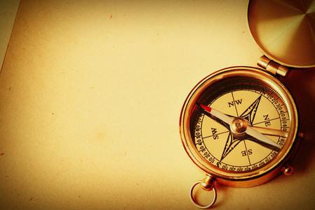 Antieke koperen kompas op oude kaart achtergrond Stockfoto