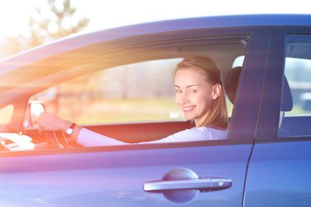 persona feliz: Feliz mujer en el nuevo coche azul