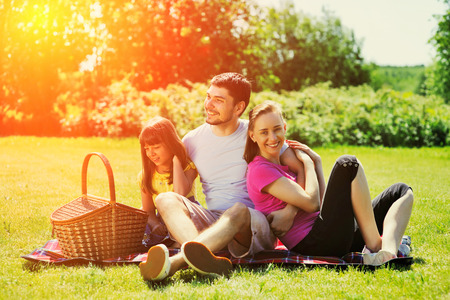 dia soleado: Familia de picnic en día soleado