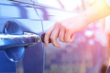 clave sol: Car key in womans hand Foto de archivo