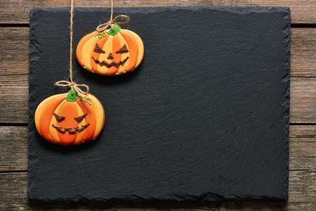 calabazas de halloween: Galletas de pan de jengibre de Halloween hecho en casa sobre el fondo de la pizarra Foto de archivo