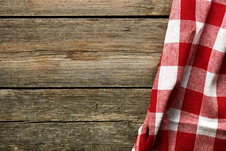 madera r�stica: Mantel rojo sobre fondo r�stico