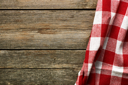 Rote Tischdecke auf rustikalen Hintergrund Lizenzfreie Bilder