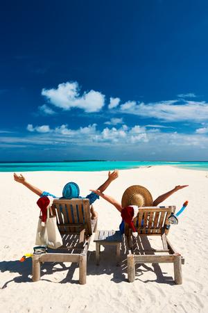 parejas: Los pares se relajan en una playa tropical en la Navidad