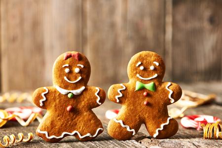galleta de jengibre: Navidad hecha en casa de pan de jengibre par de galletas en la mesa de madera Foto de archivo