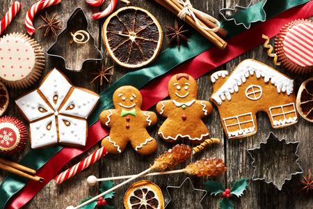 decoracion mesas: Navidad galletas de jengibre hecho en casa en la mesa de madera Foto de archivo