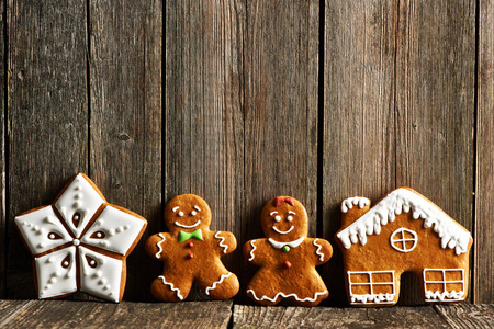 Christmas homemade gingerbread cookies cookies on wooden table Imagens