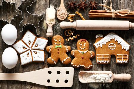 huevo: Utensilios de cocina e ingredientes para la Navidad hechos en casa galletas de jengibre en mesa de madera