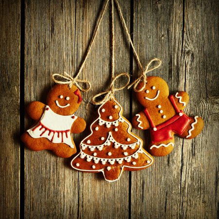couple amoureux: Christmas homemade gingerbread couple cookies over wooden background Banque d'images