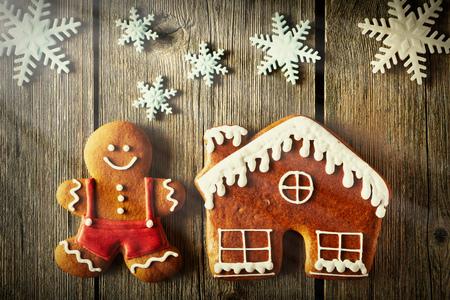 Navidad casera hombre de pan de jengibre y la casa en la mesa de madera