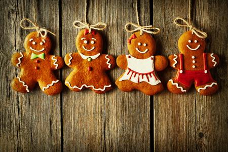 galleta de jengibre: Navidad hecha en casa de pan de jengibre par de galletas sobre fondo de madera