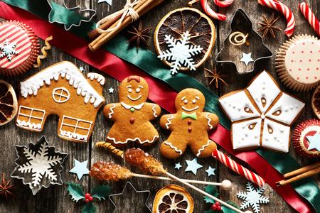 casita de dulces: Navidad galletas de jengibre hecho en casa en la mesa de madera Foto de archivo