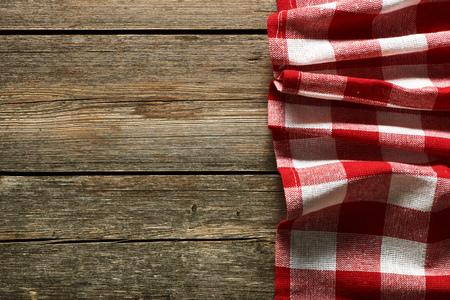 tela blanca: Mantel rojo sobre fondo rústico