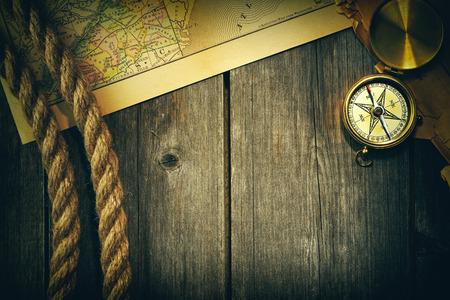 brujula: Antiguo lat?n br?jula y cuerda sobre viejo mapa Foto de archivo