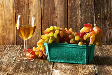 uvas: Uvas frescas y vino blanco de mesa de madera vieja