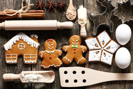galleta de jengibre: Utensilios de cocina e ingredientes para la Navidad hechos en casa galletas de jengibre en mesa de madera