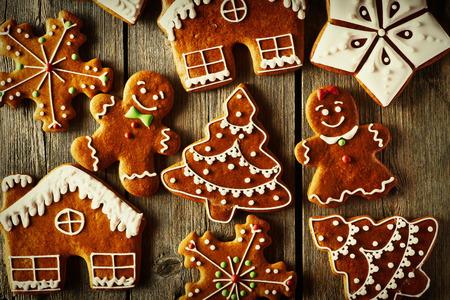 galleta de jengibre: Navidad galletas de jengibre hecho en casa en la mesa de madera Foto de archivo