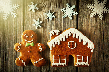 galletas de jengibre: Navidad casera hombre de pan de jengibre y la casa en la mesa de madera