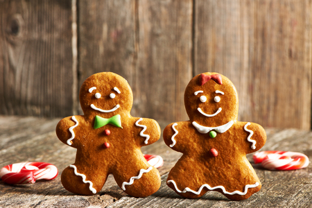 pareja amor: Christmas homemade gingerbread couple cookies on wooden table