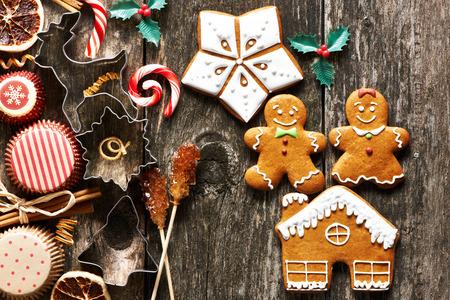 galletas de navidad: Navidad galletas de jengibre hecho en casa en la mesa de madera Foto de archivo