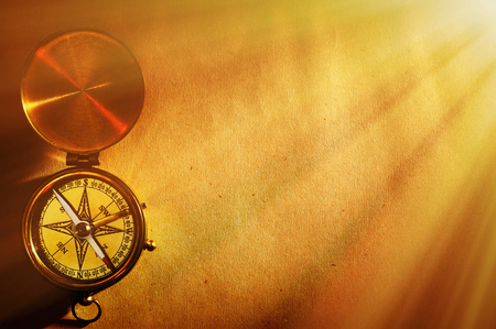 Antieke koperen kompas over oude-paper achtergrond  Stockfoto - 48539326